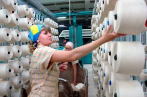 женщины сортируют пряжу