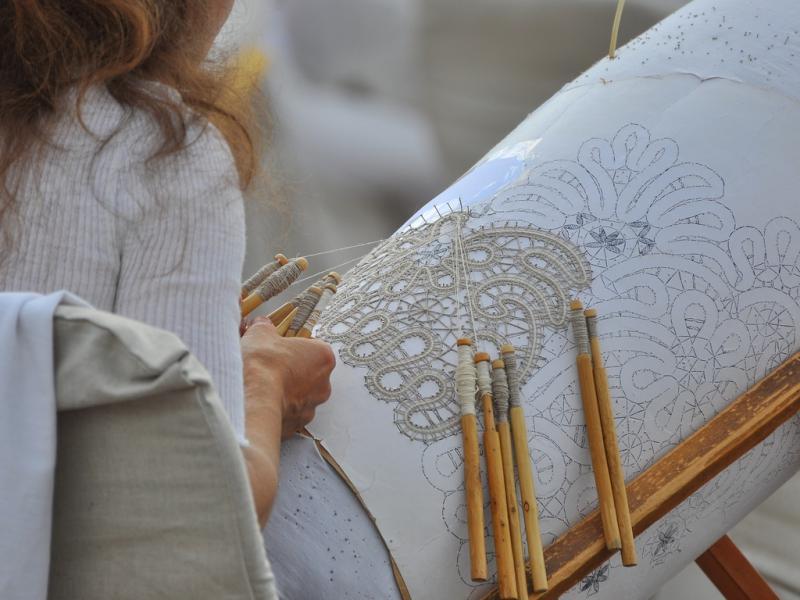 плетение кружев на коклюшках