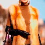 оранжевый жилет из искусственного меха на девушке