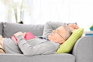 дневной сон на диванной подушке