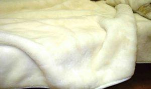 овечья шерсть на кровати