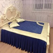 кровать с синим покрывалом