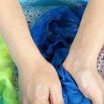 атлас стирают вручную