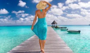 девушка гуляет по пляжу
