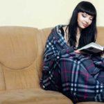 плед с рукавами позволяет читать книгу