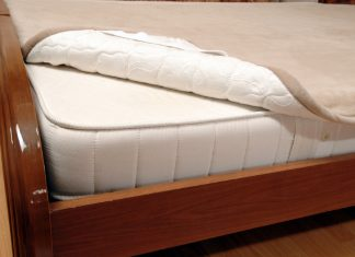 наматрасник на кровати