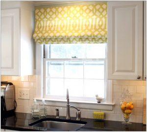 желтые римские шторы на кухне