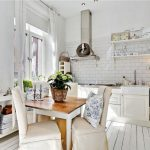 кухня с белыми шторами в стиле прованс