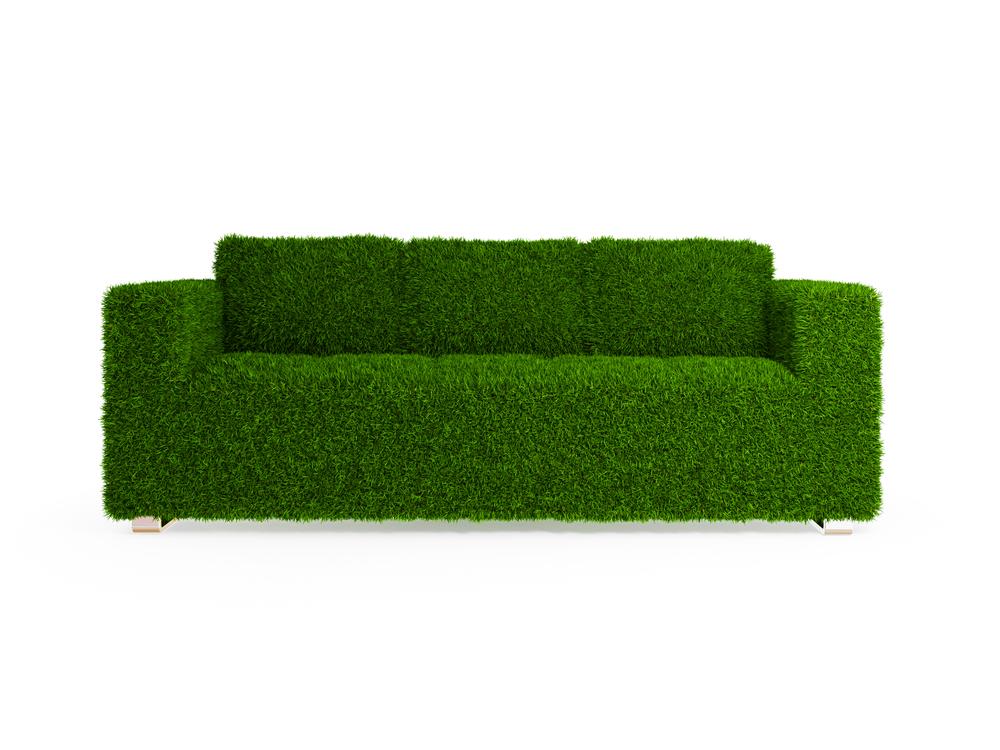 девушка натягивает чехолна диван